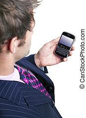 geschäftsmann, prüfung, seine, telefon, für, emails.