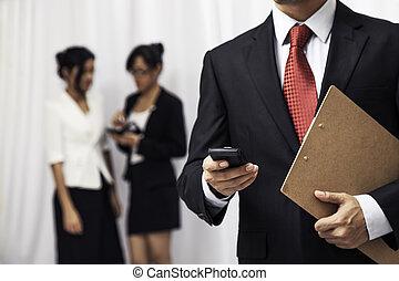 geschäftsmann, seine, gebrauchend, cellphone