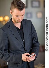 geschäftsmann, textmessaging, auf, mobilephone