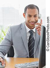 geschäftsmann, verwenden computers, und, telefon, an, büroschreibtisch