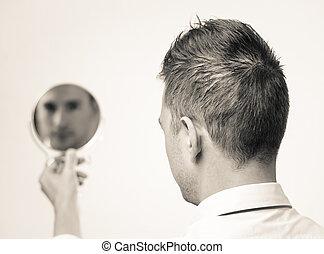 geschäftsmann, zurückwerfend, lokking, spiegel