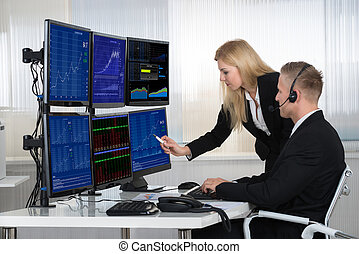 geschäftsmenschen, analysieren, daten, angezeigt, auf, computerbildschirme