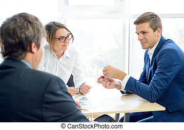 geschäftsmenschen, analysieren, finanziell, ergebnisse, auf, schaubilder, tisch, in, modern, büro., mannschaft- arbeit, begriff