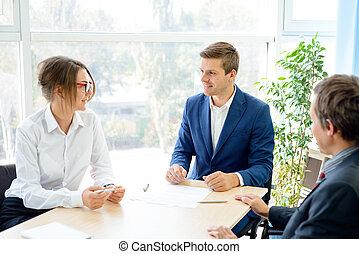 geschäftsmenschen, analysieren, finanziell, ergebnisse, tisch, in, modern, büro., mannschaft- arbeit, begriff