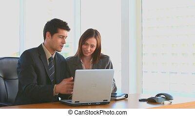 geschäftsmenschen, arbeiten, a, laptop