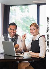 geschäftsmenschen, arbeitend zusammen, in, a, café