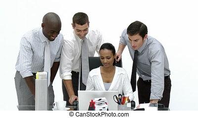 geschäftsmenschen, arbeitend zusammen, in, büro