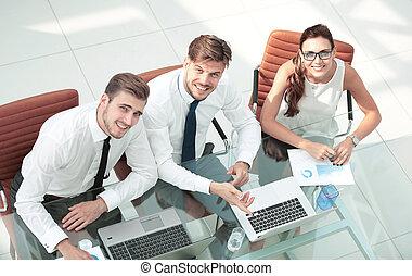 geschäftsmenschen, arbeitende , ungefähr, tisch, in, modern, büro., draufsicht