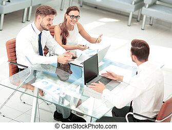 geschäftsmenschen, arbeitende , ungefähr, tisch, in, modern, buero