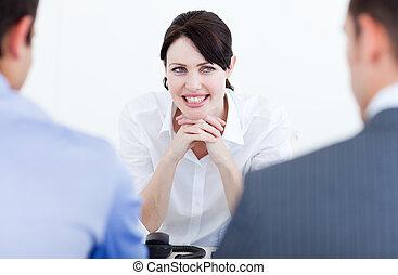 geschäftsmenschen, bewerbungsgespräch, lächeln, haben