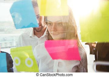 geschäftsmenschen, dass, arbeit, zusammen, in, buero, zu, a, neu , projekt, mit, post-it., begriff, von, gemeinschaftsarbeit, partnerschaft, und, start