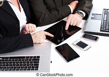 geschäftsmenschen, gruppe, arbeitende , mit, laptop.