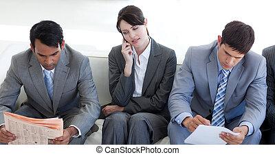 geschäftsmenschen, sitzen, warten, bewerbungsgespräch, ernst