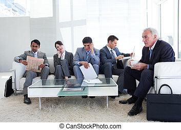 geschäftsmenschen, sitzen, warten, bewerbungsgespräch