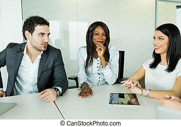 geschäftsrede, während, sitzen tisch, und, analysieren, ergebnisse
