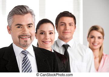 geschaeftswelt, fotoapperat, geschäftsmann, auf, hintergrund, erwachsener, erfolgreich, schließen, führen, team., lächeln, schauen, verwischen