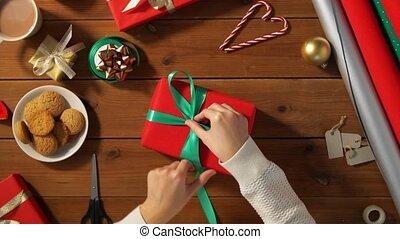 geschenk, hände, schleife, weihnachten, verpackung, bindend...