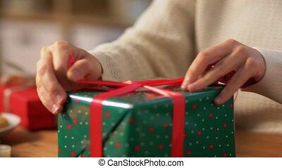 geschenk, hände, schleife, weihnachten, verpackung, bindend