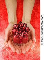 geschenk, in, frau, hände