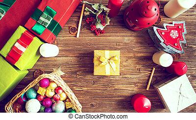 geschenke, kästen, mit, tannenzweige, auf, hölzern, hintergrund, draufsicht