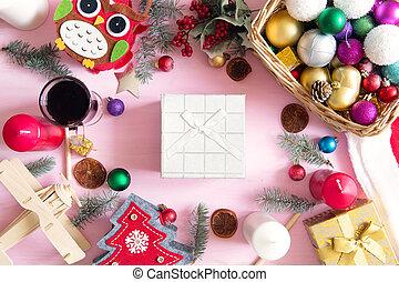 geschenke, kästen, mit, tannenzweige, auf, hölzern, rosafarbener hintergrund, draufsicht