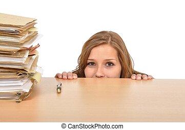 Gesch?ftsfrau geht hinter dem Schreibtisch in die Knie