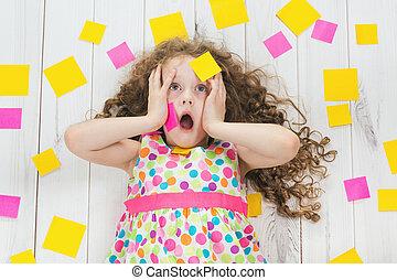 geshockeerde, kind, met, lege, stickers, op, zijn, body., stress, van, studerend , doen, homework., kinderen, opleiding, concept.