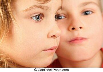 gesichter, von, zwei, children., fokus, auf, wenig, mädchens, eye., wenig, jungen, gesicht, in, heraus, von, fokus.
