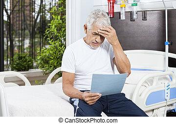 gespannen, hogere mens, lezende , rapporten, in, rehab, centrum