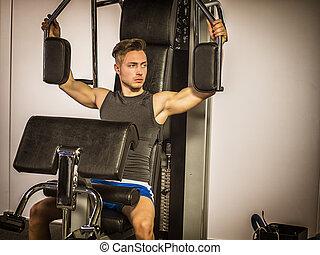 gespierd, jonge man, opleiding, pecs, op, gym, machine