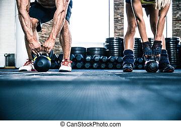 gespierd, man, en, passen, vrouw, workout, met, ketel, bal