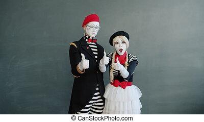 geste, pouces-vers haut, main, girl, type, joyeux, sourire, mimes, projection, portrait