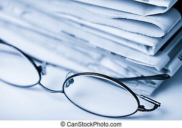 gestemd blauw, kranten, bril