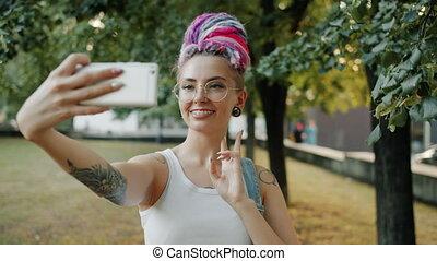 gestes, dame, prendre, main, selfie, poser, parc ville,...
