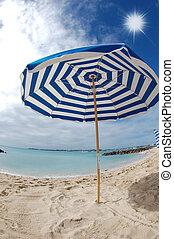 gestreepte paraplu, aan het strand