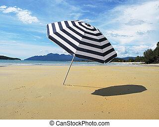 gestreifter schirm, auf, a, sandiger strand, von, langkawi,...