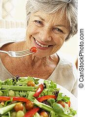 gesunde, ältere frau, essende, salat