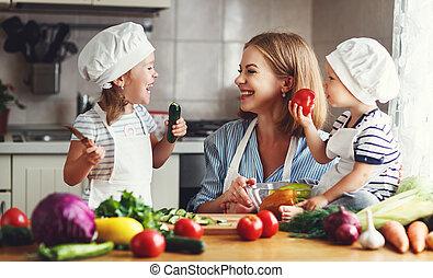 gesunde, eating., glückliche familie, mutter kinder, bereitet, gemüse, salat