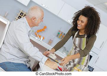 gesundheit sorge arbeiter, portion, ein, älterer mann
