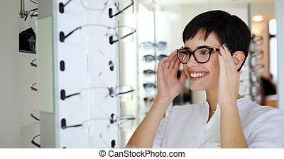 gesundheitspflege, sehvermögen, und, anblick-konzept, -, glückliche frau, wählende gläser, an, optik, kaufmannsladen