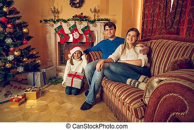 getontes bild, von, familie, mit, töchterchen, sitzen sofa, an, wohnzimmer, dekoriert, für, weihnachten