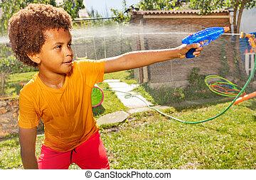 gevär, luta, aktiv, pojke, skjutning, vatten, pose