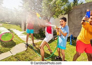 gevär, mycket, pojke, strid, sprinkler, vatten, lycklig