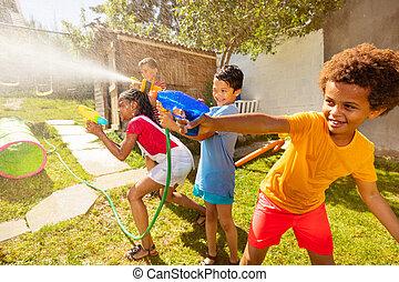 gevär strid, pojkar, vatten, mitt, handling, lek