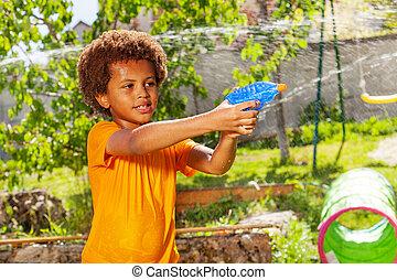 gevär strid, pojke, leka, vatten, hans, vänner, lek