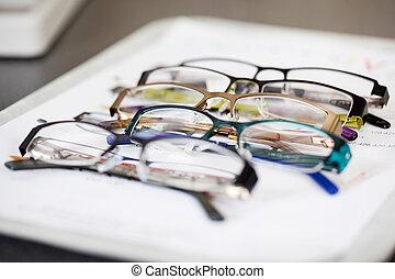 gevarieerd, brillen, het liggen, op, een, blad