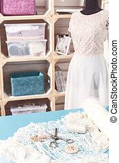 gevarieerd, gereedschap, en, textiel, in, bridal, workshop