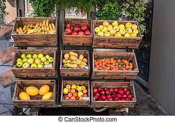gevarieerd, verse vruchten en grostes, op, markt, toonbank, in, een, houten, boxes., straat markt