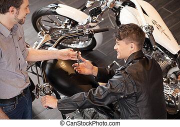 geven, bovenzijde, uitvoerend, jonge, omzet, vrolijk, motorcycle., motorfiets, klee, eigenaar, aankoop, aanzicht