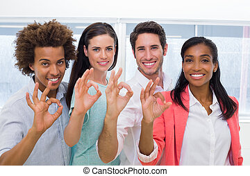 geven, ok, werkmannen , groep, gebaar